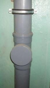 Zakreplennyj-stoyak-kanalizatsii